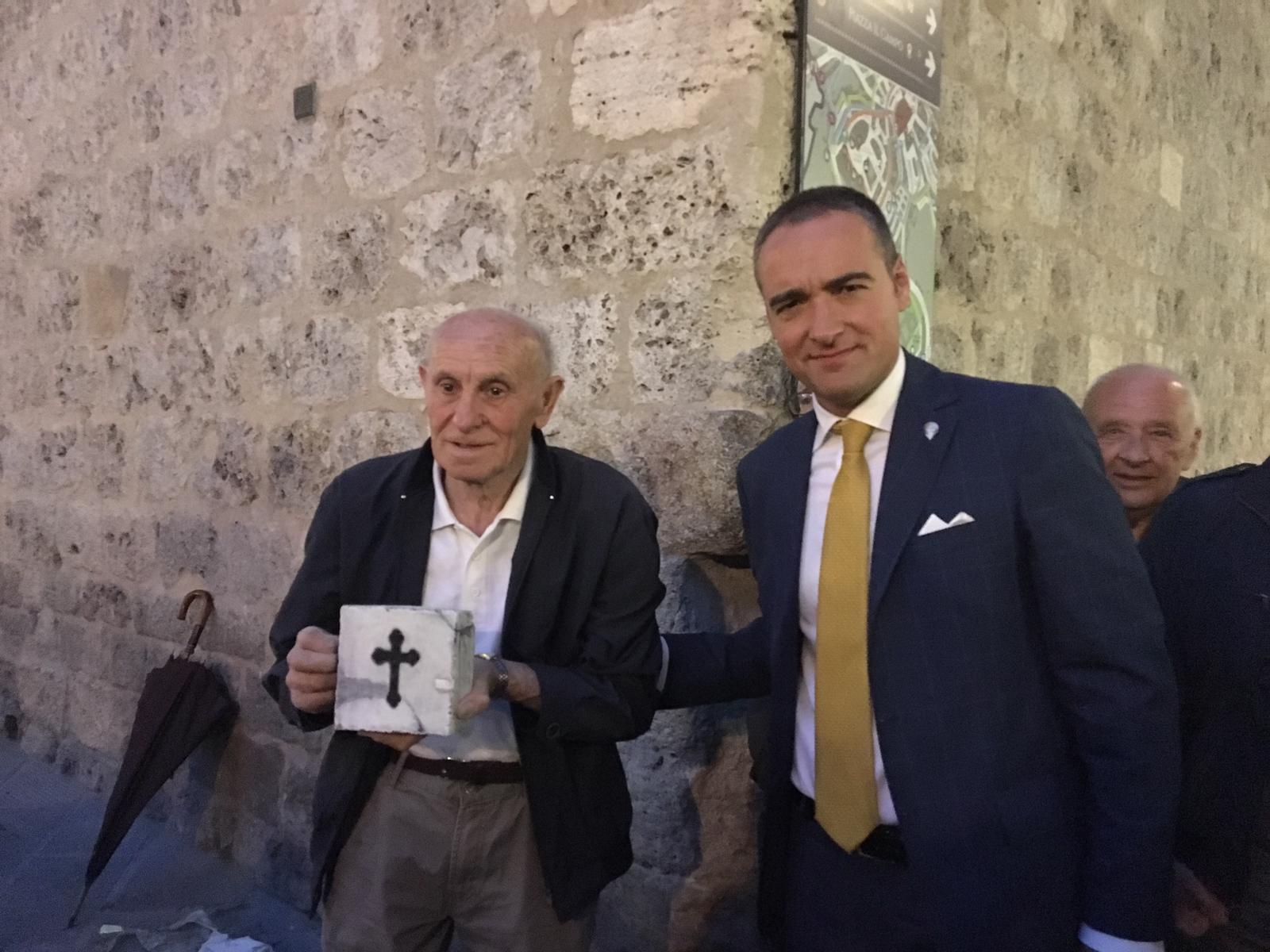 La Nobile Contrada dell'Aquila recupera una memoria di Siena: la pietra di Niccolò Borghesi ripristinata ai Quattro Cantoni